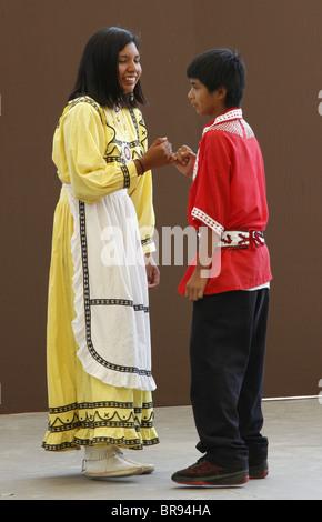 Una pareja de jóvenes indios Chactaw realizando una danza de bodas durante el Festival anual de las tribus del Sudeste.