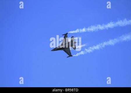 Una Fuerza Aérea Belga F16 (Lockheed Martin F-16 Falcon Jet de combate combate) realiza en el show aéreo de Eastbourne, East Sussex, Inglaterra
