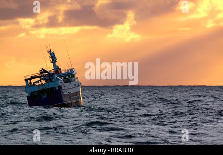 Arrastrero al atardecer sobre el Mar del Norte, en septiembre de 2009. Liberados de la propiedad.