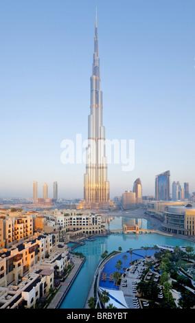 El Burj Khalifa, terminado en 2010, la más alta estructura hecha por el hombre en el mundo, Dubai, EAU Foto de stock