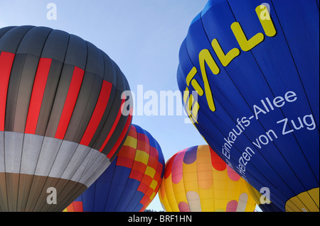 Los globos de aire caliente antes del despegue, Ballon Fiesta en el monte Hochstuckli, Schwyz, Suiza Foto de stock