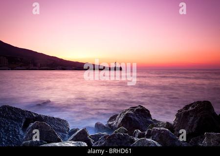 Twilight time en una orilla rocosa. Crimea, Ukrine