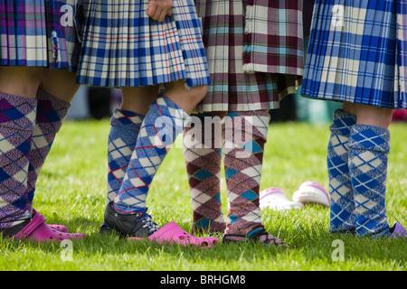 Highland jóvenes bailarines están esperando en línea antes de realizar en el highland games Peebles Peebles, Escocia
