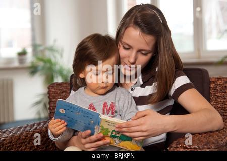 Adolescente libro de lectura a Chico