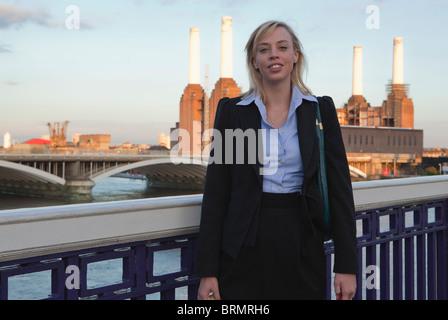 Mujer caminando a casa desde el trabajo en el puente