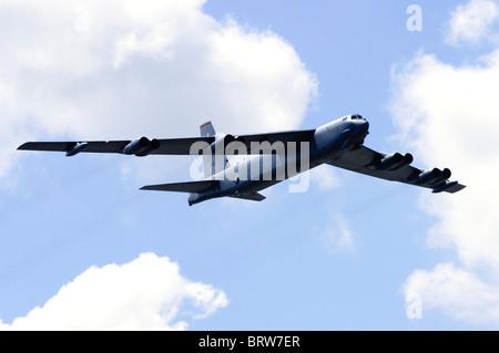 Boeing B-52H Stratofortress operados por la Fuerza Aérea de los Estados Unidos haciendo un flypast en el Salón Aeronáutico de Farnborough