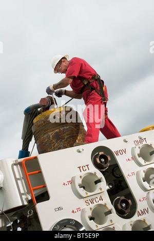 Luba Freeport de aceite. Instalación de parte de las plataformas petrolíferas y árbol de cabeza ejecutar herramienta para pruebas antes del transporte