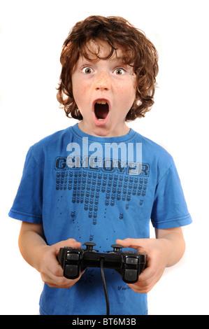 Joven jugando con controlador de juegos de la consola