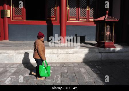 Los visitantes explorar en el Templo Lama en Beijing, China. Foto de stock