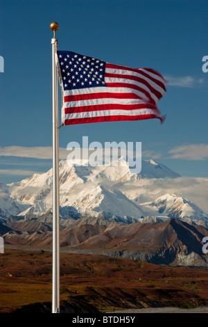 Vista de la bandera americana con Mt. McKinley en el fondo, el Parque Nacional Denali, Alaska Interior
