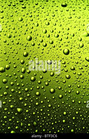 La textura de las gotas de agua en la botella de cerveza. Foto de stock