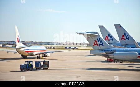Cuatro aviones de pasajeros de American Airlines en el aeropuerto O'Hare de Chicago, Illinois, EE.UU.