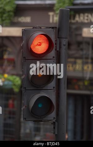 Semáforo en rojo, Londres, Inglaterra, Reino Unido