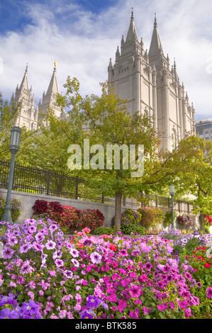Flores de verano en Mormon Temple Square en el centro de Salt Lake City, Utah