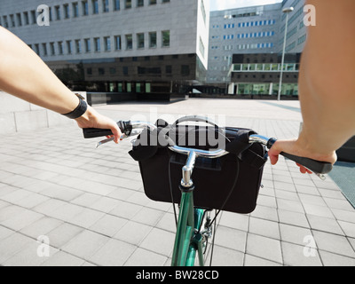 Vista recortada de la empresaria de ir a trabajar en bicicleta