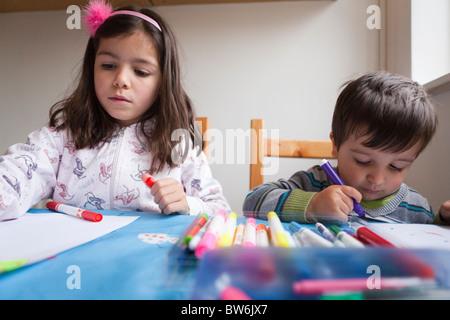 Hermano-hermano y hermana de dibujos en papel