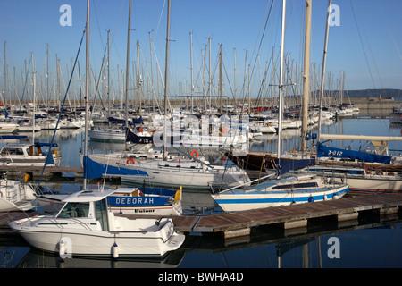 Yates y barcos en el royal yacht club irlandés de Howth puerto y marina, Dun Laoghaire, Dublín, República de Irlanda Foto de stock