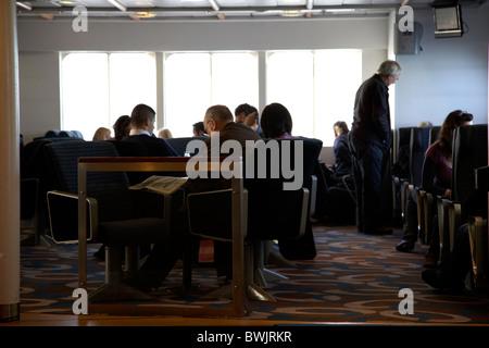 Los pasajeros de Dun Laoghaire a Holyhead fast ferry de pasajeros en Dublín, República de Irlanda Foto de stock