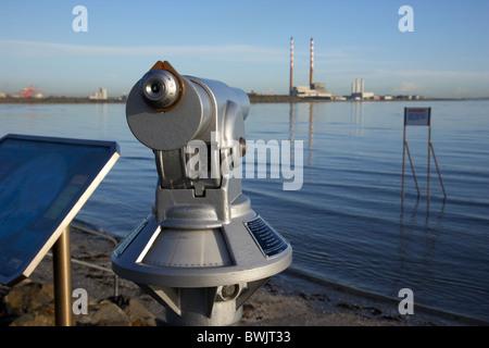 Telescopio en la turística playa de ZPE de Sandymount Strand en la bahía de Dublín, República de Irlanda, con poolbeg Foto de stock