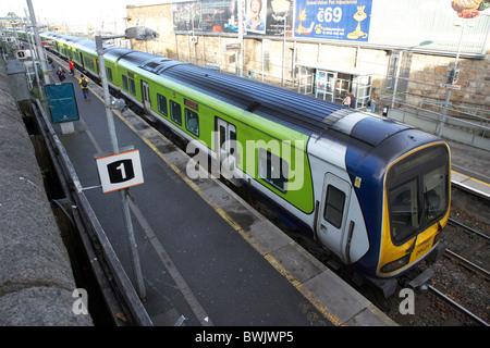 Tren dart en Dun Laoghaire, estación de tren de Dublín, República de Irlanda Foto de stock