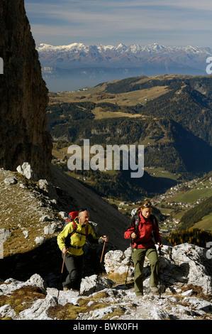 Los caminantes con bastones de senderismo en las montañas Dolomitas, Tirol del Sur, Italia, Europa