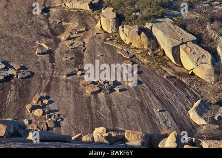 Capas de granito exfoliado en Little Rock en Enchanted Rock State Natural en zona montañosa cerca de Fredericksburg, Texas, EE.UU.