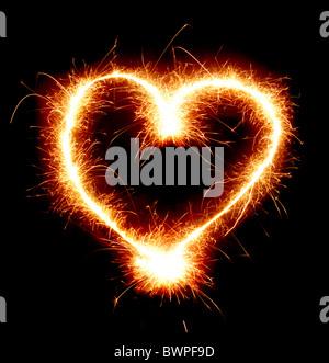 Chispeante forma corazón aislado sobre fondo negro