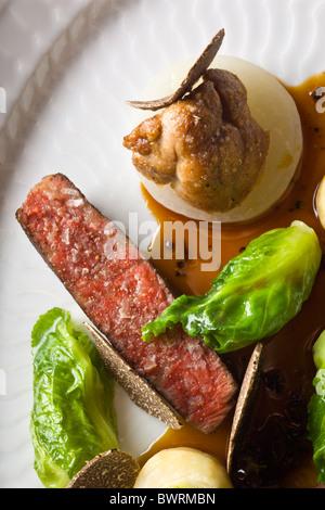 Carne danesa con apio, pequeñas Coles, mollejas y trufa negra preparada por Kristian Meller y Rune Jochumsenat, Foto de stock