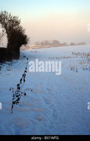 Campo cubierto de nieve fuera de lías carretera con niebla helada en la distancia, lías brabourne Ashford, Kent, uk inglaterra europa