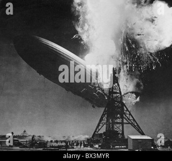 Desastre de Hindenburg, el 6 de mayo de 1937. Dirigible de pasajeros alemán LZ 129 fotografiado por Sam Shere en Foto de stock