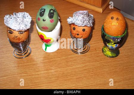 Decorado pintado hervidos en tazas de huevos de Pascua