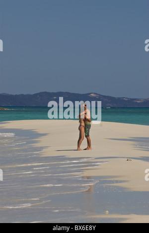 Feliz pareja en su luna de miel en la hermosa playa de Nosy Iranja cerca de Nosy Be, Madagascar, el Océano Índico, África