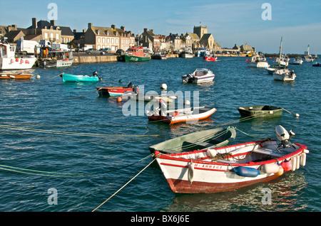 Puerto y barcos de pesca con casas y una iglesia en el fondo, Barfleur, Manche, Normandía, Francia, Europa