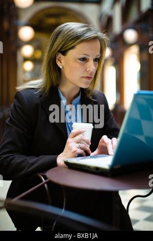 A mediados de mujer adulta trabajando en el portátil