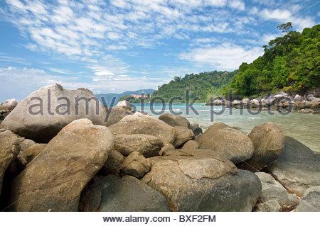 Las rocas de la playa de Paya, Berjaya Tioman Island Resort en la parte de atrás, la isla de Pulau Tioman, Malasia, Foto de stock