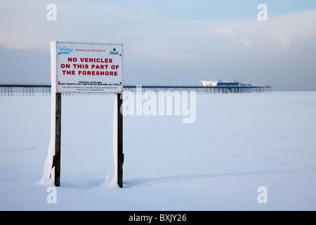 No hay vehículos permitidos después de la nieve invernal; Shorescape de nevadas invernales en diciembre, 2010 & Foto de stock