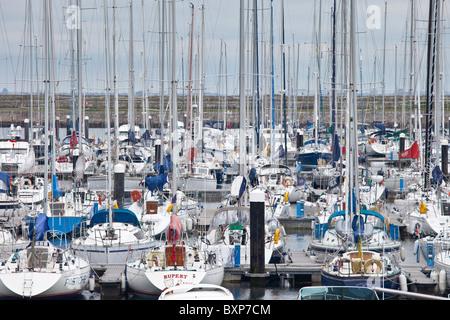 Los yates en el puerto deportivo en Dun Laoghaire Harbour, en la costa oriental de Irlanda Foto de stock