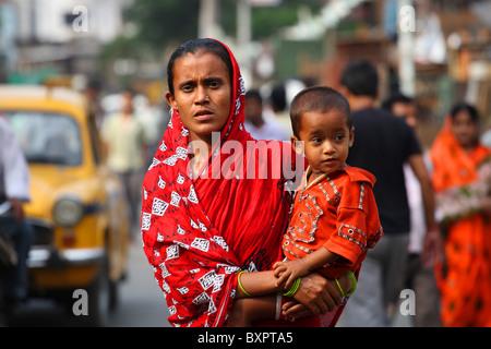 La madre y el niño en la calle, Calcuta, India Foto de stock