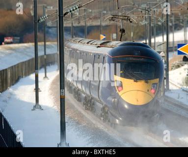 Un tren de Hitachi HS1 hace su camino hacia Londres en la ruta ferroviaria de alta velocidad a través de la campiña de Kent cerca de Charing,