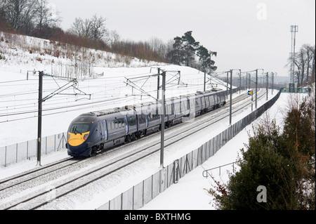 Un tren de alta velocidad Hitachi operado por el sureste hay trenes a través de la campiña de Kent cubierto de nieve cerca de Maidstone, Kent, el 21 de diciembre de 2009.