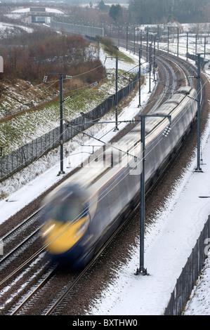 Un tren de alta velocidad Hitachi operado por el sureste hay trenes a través de la campiña Kenty cubierto de nieve cerca de Charing, Kent, el 22 de diciembre de 2009.