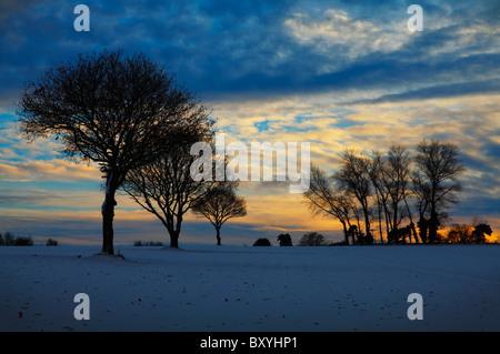 Una espectacular puesta de sol de invierno cerca del cielo Luddenham en Kent
