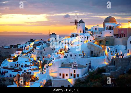 Oia (Ia) Santorini - Molinos de viento y la ciudad al atardecer, de las islas Cícladas griegas - fotos, dibujos e imágenes