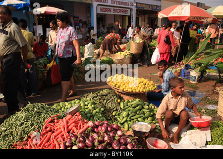 Concurrido mercado de frutas y verduras de Goa, India el 25 de enero de 2008