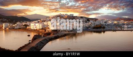 La ciudad de Naxos (Chora) al atardecer. Las Islas Cícladas de Grecia Grecia