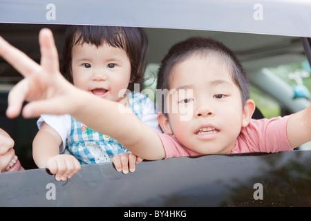 Niño y niña dentro de un coche