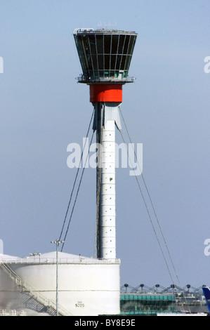 Torre de Control del Aeropuerto de Heathrow. Los tanques de combustible de aviación en primer plano.