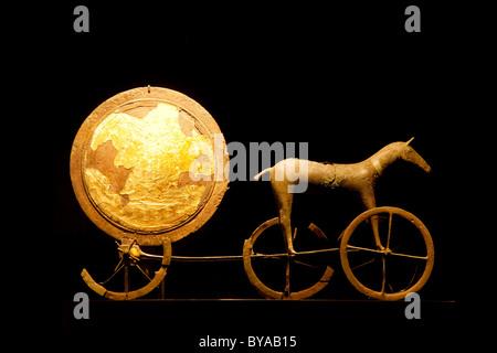Solvognen Trundholm, sun chariot, desde la Edad de Bronce, en exhibición en el Museo Nacional, el nationalmuseet, Copenhague, Dinamarca