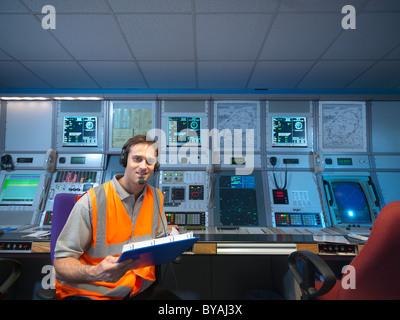 Controlador de tránsito aéreo en la sala de radar