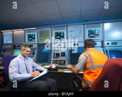 Controladores de tráfico aéreo en la sala de radar